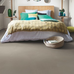 ПВХ плитка QUICK STEP «Шлифованный бетон темно-серый AMGP40141» из коллекции Ambient Glue Plus